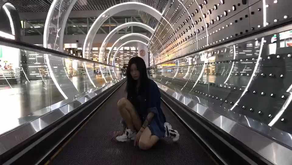 给大家推荐一个拍照好地方!深圳机场哈哈哈哈😂虽然很多人吐槽密集恐惧,但是真的很好拍啊~ 帮我朋友拍的~假装在走秀💃🏻