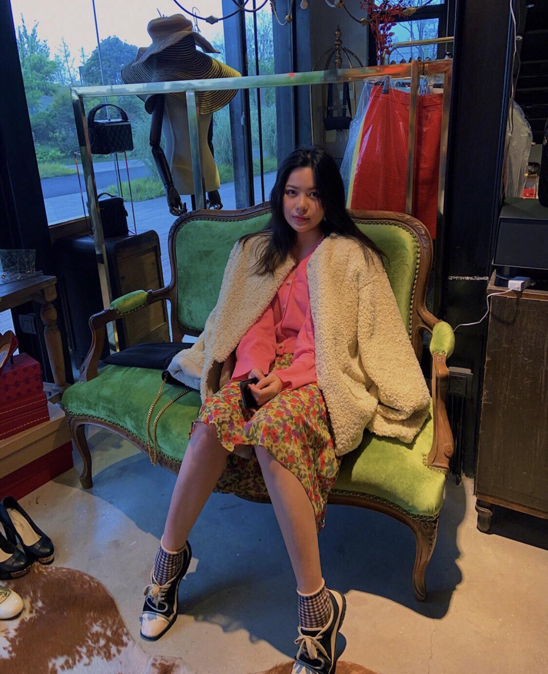 探店|2000块买到LV 香奈儿,魔都超酷中古店  真没想到在南浦大桥底下,会藏着这么一个中古店 中古店开在办公园区里面!是藏在园区里的一家店,走进去才能找到到~~  店里超多香奈儿,除了最多的包包,就是衣服和鞋子,vintage饰品,包加工比较贵一点,但是款式很特别!  饰品是我最喜欢的部分,金光灿灿!很有五十年代那种优雅又自由的感觉。  鞋子和包包一样很吸引人,随便一拍就是大片。  坐标:Al...